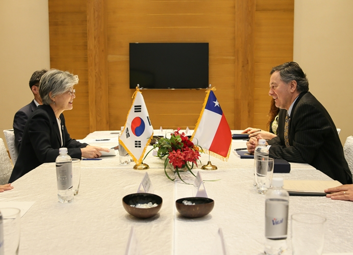 Foreign Minister Meets Bilaterally with her Chilean Counterpart on Occasion of WEF on ASEAN