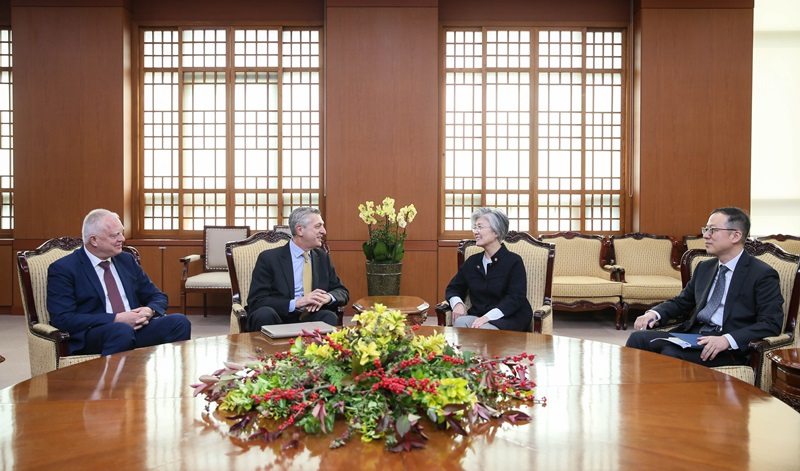 Foreign Minister Meets with UN High Commissioner for Refugees