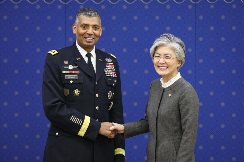 Foreign Minister Meets with Commander of United States Forces Korea Brooks